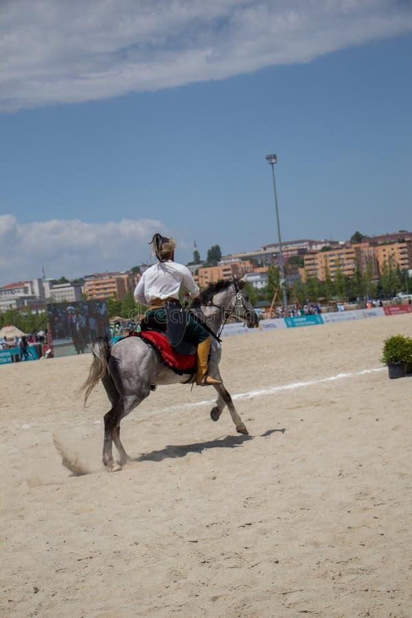 奥托曼在他的马的御马者骑马 免版税图库摄影