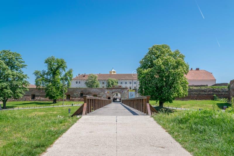 奥拉迪亚,罗马尼亚- 2018年4月28日, :对奥拉迪亚城堡的入口  免版税库存图片