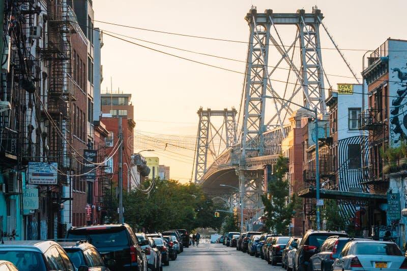 奥斯汀第六街和威廉斯堡大桥日落的,在布鲁克林,纽约 免版税库存图片