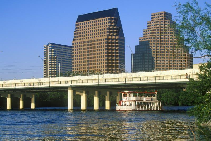 奥斯汀, TX,有科罗拉多河的状态国会大厦地平线前景的 免版税库存照片