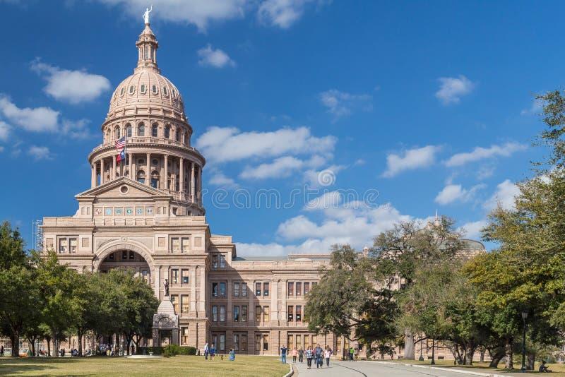 奥斯汀, TX/USA -大约2016年2月:得克萨斯有白杨纪念碑的英雄的状态国会大厦在奥斯汀 库存照片