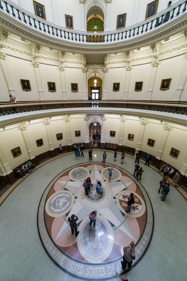 奥斯汀, TX/USA -大约2016年2月:显示治理了得克萨斯和圆形建筑六个国家的封印的马赛克 库存照片