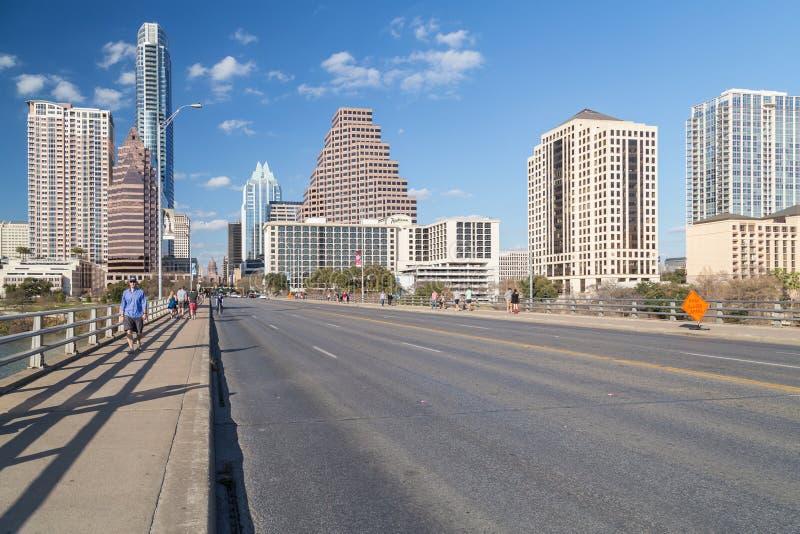 奥斯汀, TX/USA -大约2016年2月:街市奥斯汀全景从国会大道桥梁的 库存照片