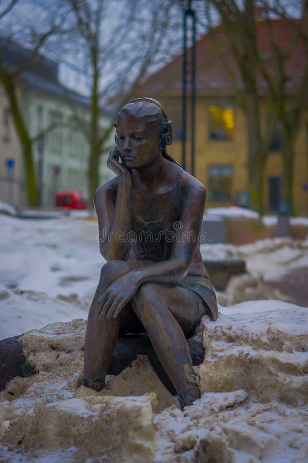 奥斯陆,挪威- 2018年3月, 26日:室外观点的有耳机雕象的安装的女孩在奥斯陆街道  库存图片