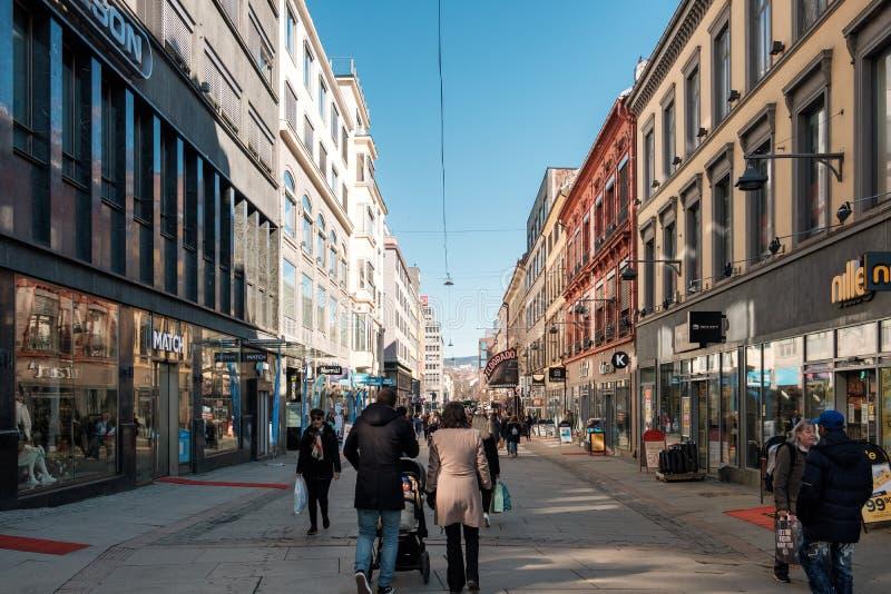 奥斯陆,挪威- 2018年3月27日:走与购物的挪威人民在历史的街市 库存照片