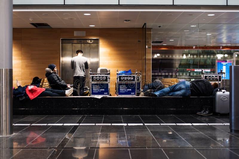 奥斯陆,挪威- 2月28日-等待运输,被延迟的和被取消的飞行的小组游人在加勒穆恩机场在奥斯陆,冰岛 库存图片