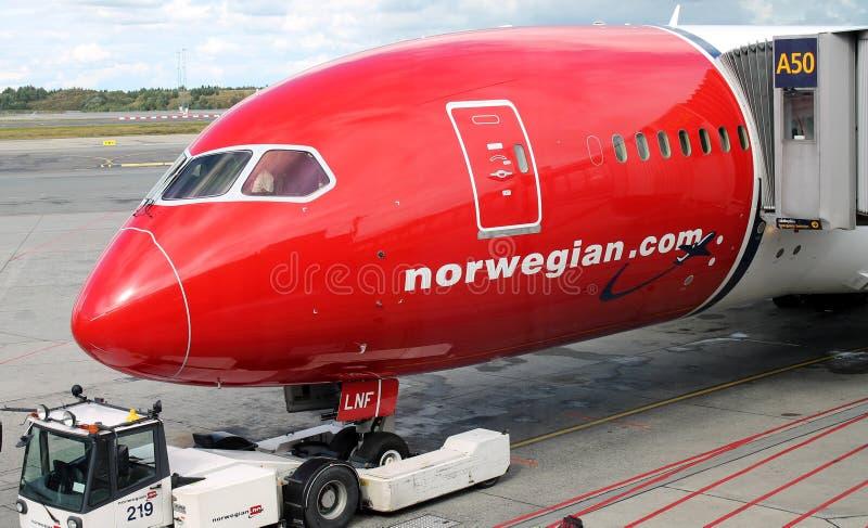 奥斯陆- 8月 13 :挪威空气波音Dreamliner 787飞机停放在2014年8月13日的奥斯陆加勒穆恩机场 免版税库存照片