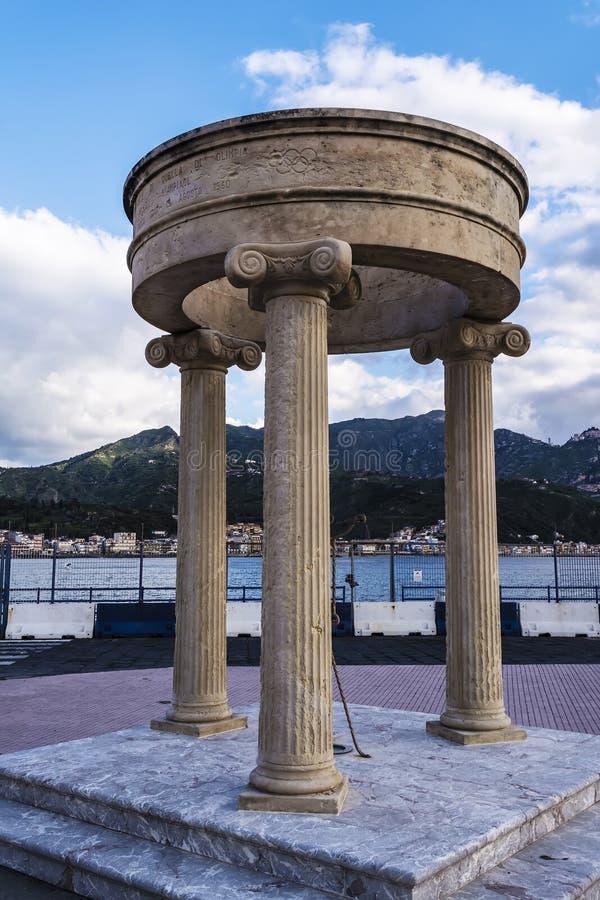 奥林匹克纪念碑在Giardini纳克索斯,西西里岛,意大利 免版税图库摄影