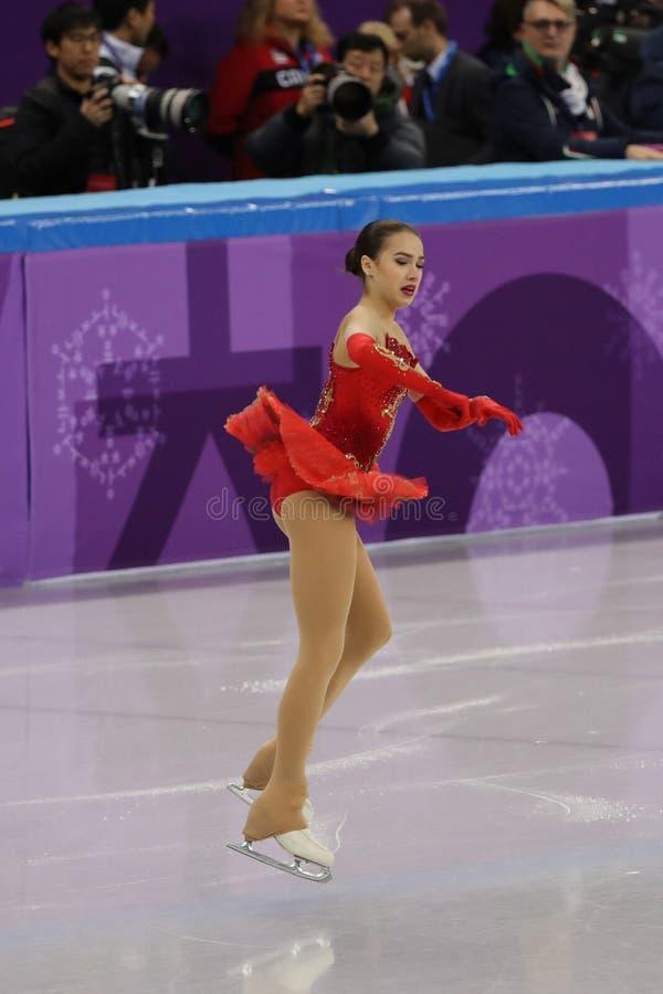 奥林匹克运动员的奥林匹克冠军阿里纳Zagitova从俄罗斯的在队事件夫人唯一滑冰执行任意滑冰 库存照片