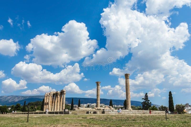 奥林山宙斯寺庙在明亮的晴朗和美丽的天空的覆盖,雅典 免版税图库摄影