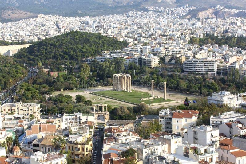 奥林山宙斯,雅典,希腊寺庙的全景  有奥林山宙斯寺庙的雅典概要在中心 库存照片