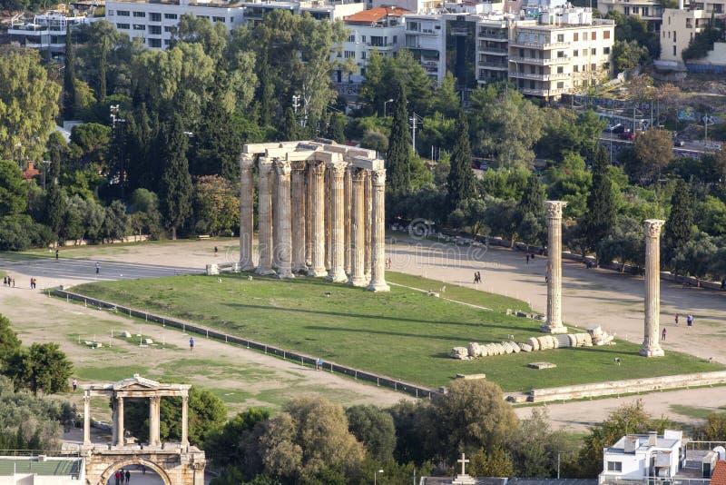 奥林山宙斯,雅典,希腊寺庙的全景  有奥林山宙斯寺庙的雅典概要在中心 免版税库存照片