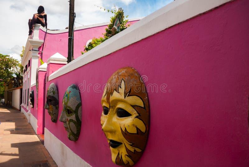 奥林达,Pernanbuco,巴西:Papangu面具,一套传统地方狂欢节服装,陈列在奥林达艺术的街道墙壁 库存图片