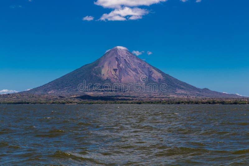 奥梅特佩岛火山视图 免版税库存图片