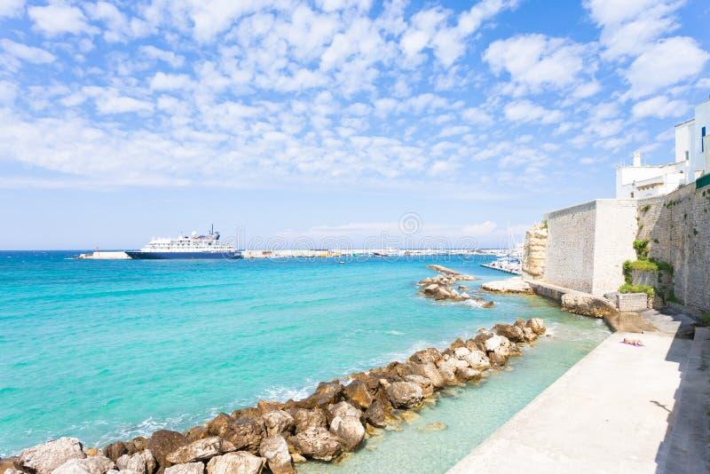 奥特朗托,普利亚-晒日光浴在奥特朗托码头在意大利 免版税图库摄影