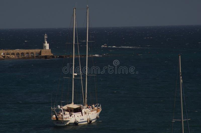 奥特朗托-意大利- 2016年8月02日:一条小船在平静的水域中 免版税库存图片