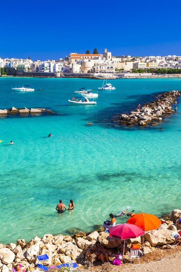 Download 奥特朗托-有天蓝色的海滩的美丽的镇在普利亚,意大利 库存照片. 图片 包括有 蓝色, 拱道, 海边, 海景 - 59101478