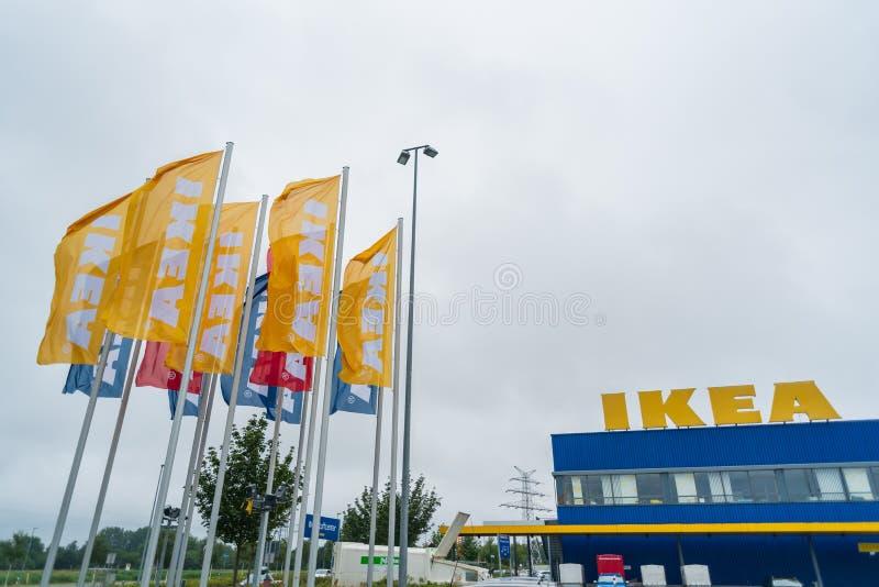 奥登堡,下萨克森州,德国- 2019年在宜家家居商店附近的7月13日宜家家居旗子 宜家家居是世界的最大的家具零售商, 库存照片