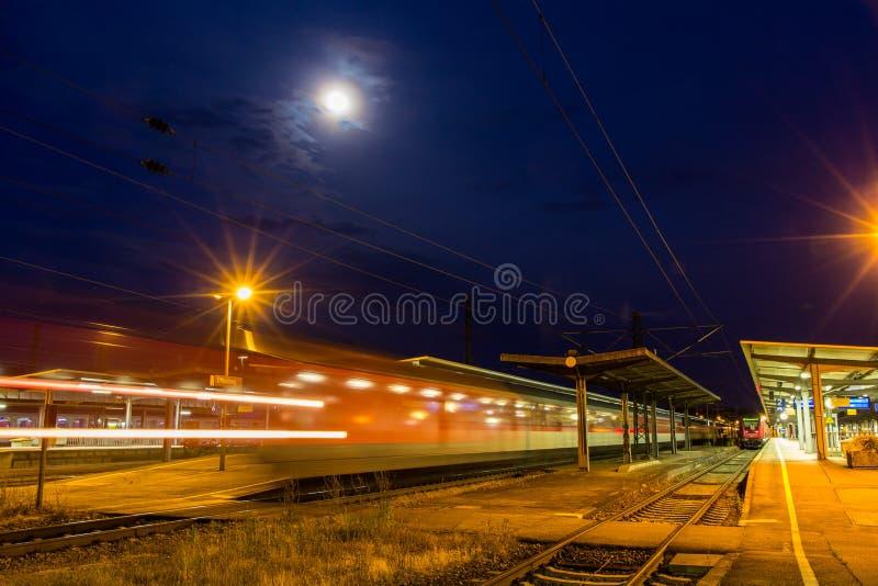 离去从奥芬堡的德国夜间列车 免版税库存图片
