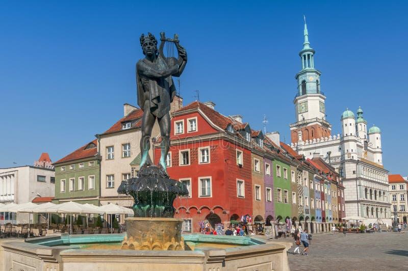 奥费斯雕象和老集市广场的,波兹南,波兰城镇厅 免版税库存照片