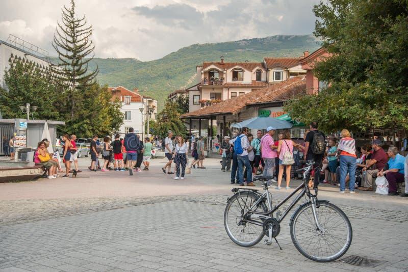 奥赫里德,MACEDONIA-AUGUST 31,2018:与自行车的街道场面 免版税库存照片