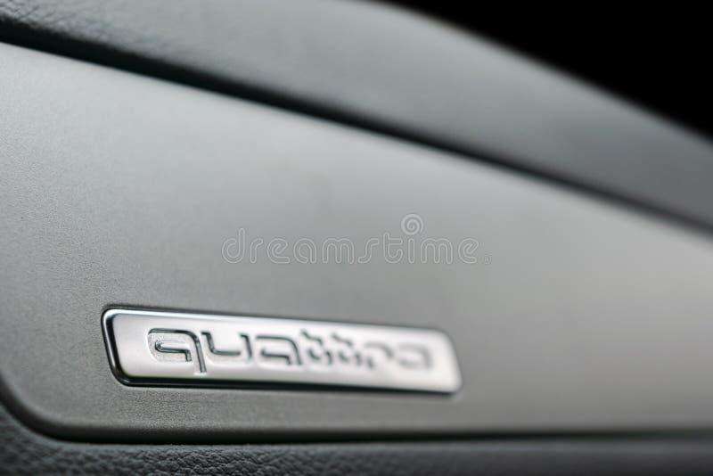奥迪与商标` quattro `的Q3 Quattro在仪表板特写镜头视图 汽车内部细节 汽车详述 库存照片