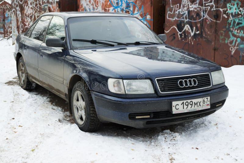 奥迪100在斯摩棱斯克犯罪区的冬天停放了  免版税库存照片