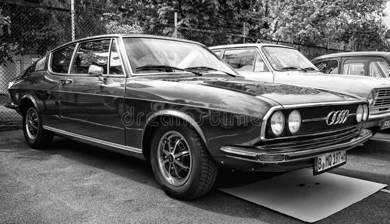 奥迪100 (C1)小轿车S,正面图, (黑白) 库存照片