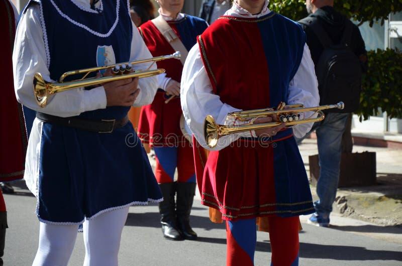 奥里斯塔-撒丁岛的鼓手和号手 库存图片