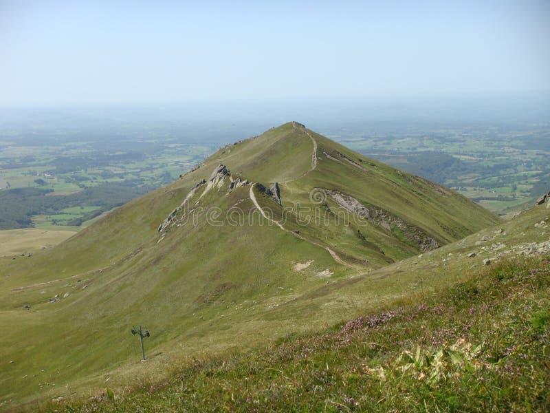 奥韦涅的火山的嫩绿的山的全景在法国 库存图片