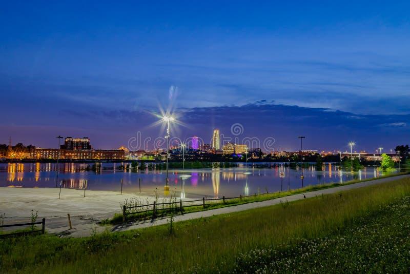 奥马哈内布拉斯加河边区蓝色小时夜间照片  免版税图库摄影