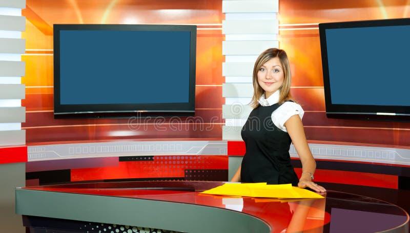 女主持人怀孕的工作室电视电视 免版税图库摄影