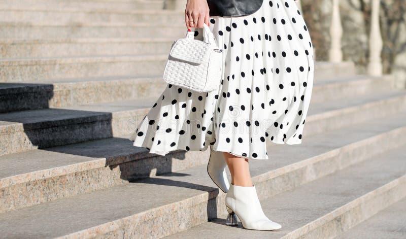 女人手中的时尚包 女孩在城外散步 时尚的现代和女性形象,风格 免版税库存图片
