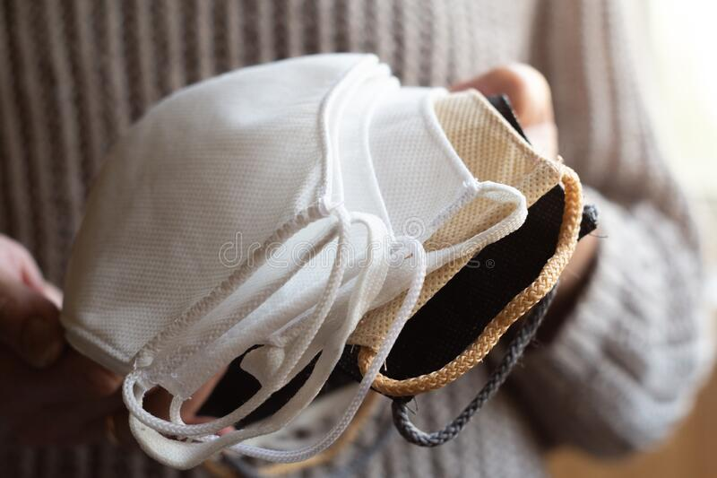 女人自制防护性可重复使用的抗病毒口罩 免版税库存照片