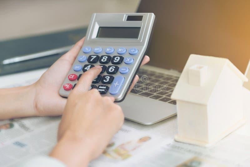 女会计或银行工作者用途计算器 图库摄影