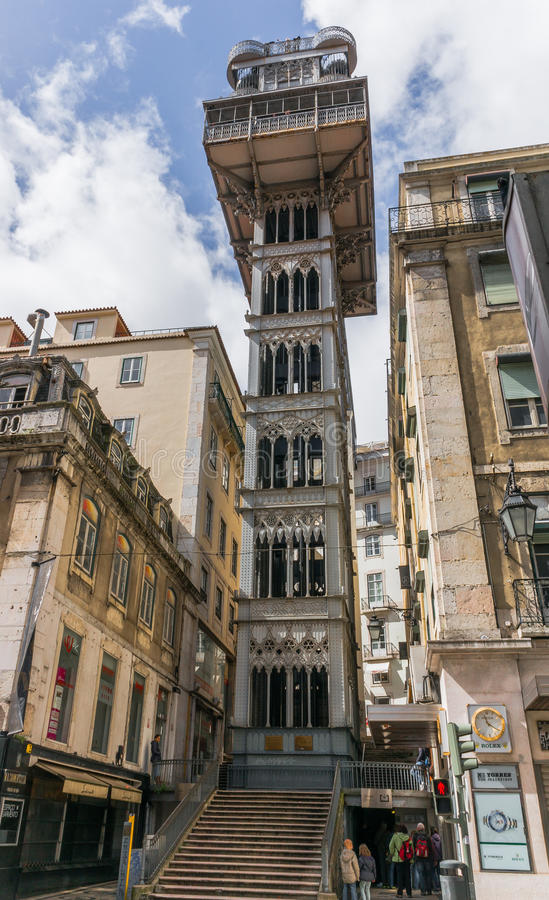 女低音学徒建筑师连接de街市du埃菲尔电梯解释的法国古斯塔夫最高的justa低里斯本的bairro城市做mesnier巴黎点ponsard葡萄牙拉乌尔s圣诞老人相似性结构对塔 免版税库存照片