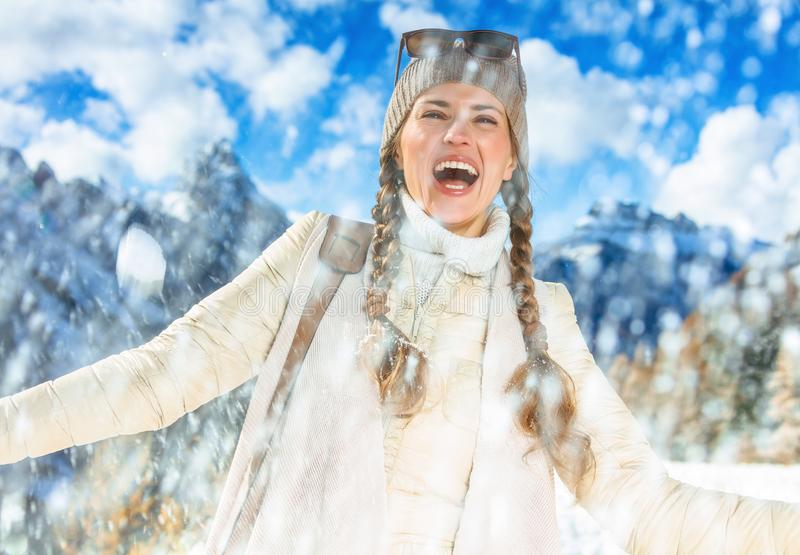 女低音的阿迪杰,意大利微笑的少妇享受降雪的 免版税图库摄影