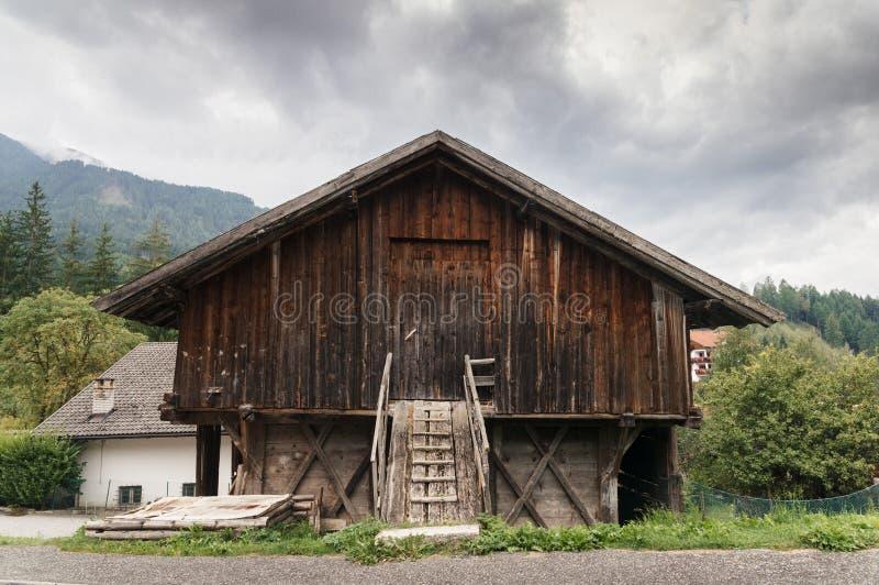 女低音阿迪杰/南部蒂罗尔,意大利典型的山房子 免版税库存图片