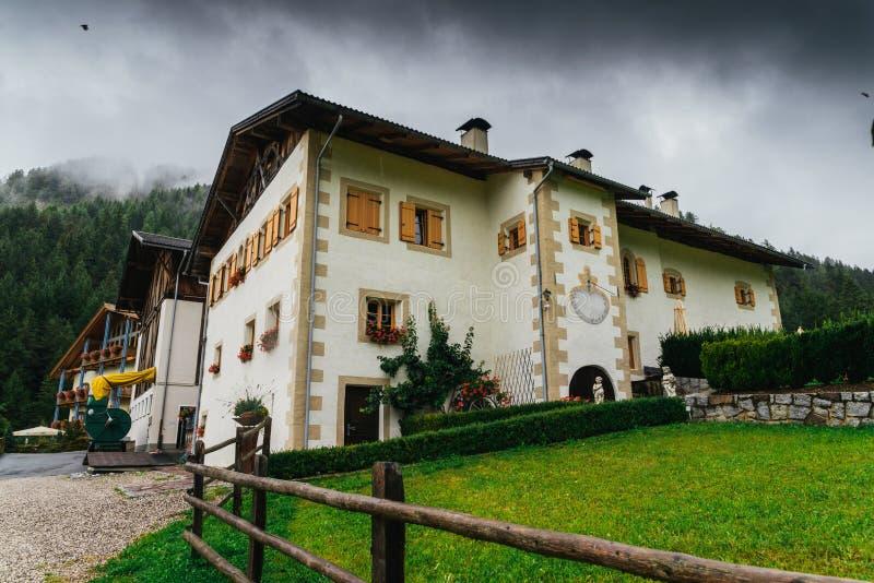 女低音Adiga/南部蒂罗尔,意大利典型的山房子 库存图片
