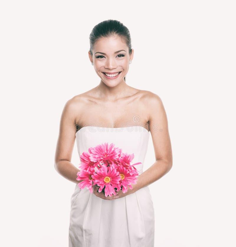 女傧相有花花束的婚纱女孩 亚洲妇女秀丽在演播室 结婚伴娘或的新娘 免版税库存照片