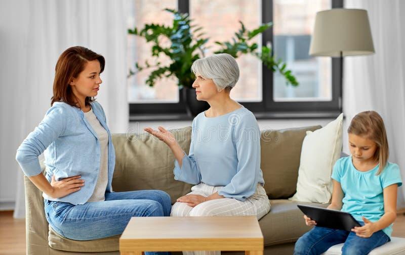 女儿、在家争论的母亲和的祖母 库存照片