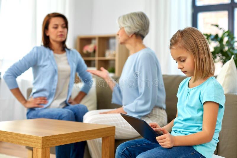 女儿、在家争论的母亲和的祖母 免版税库存照片