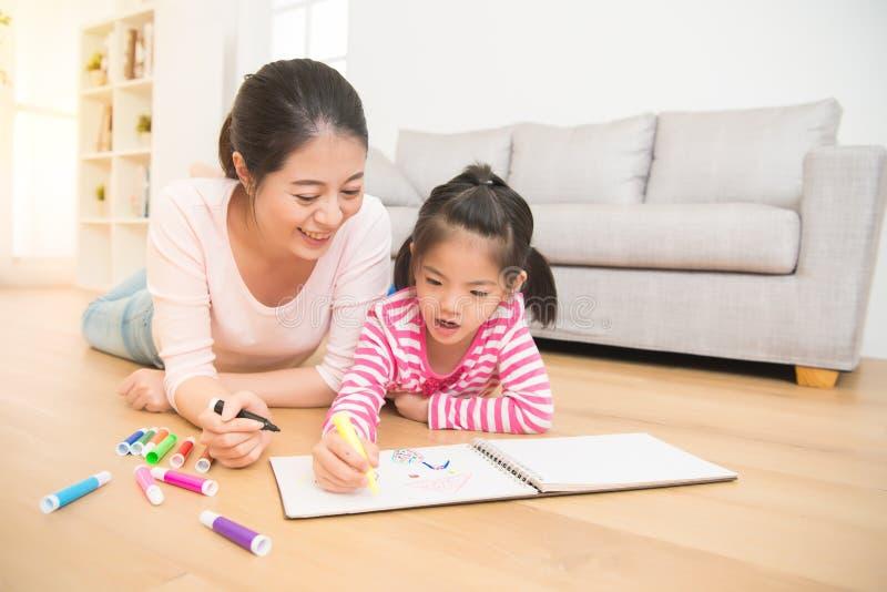 女儿一起母亲油漆 图库摄影