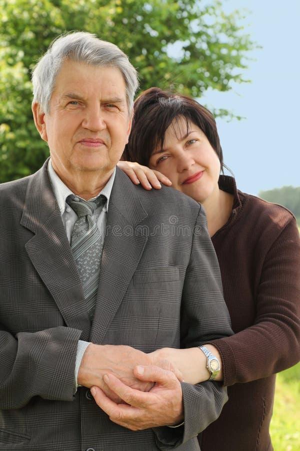 女儿他的倾斜高级肩膀诉讼 免版税库存图片