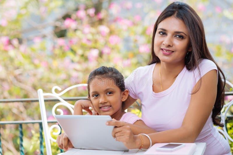 女儿印第安现代母亲 图库摄影