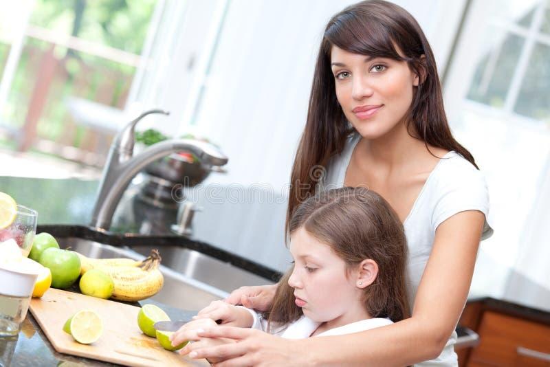 女儿厨房安全性教的妇女 免版税库存图片