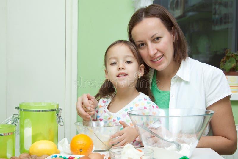 女儿厨房母亲 库存照片