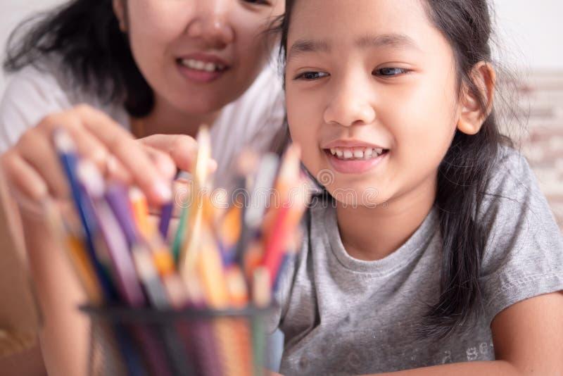 女儿和妈妈分享他们的假期 免版税库存图片