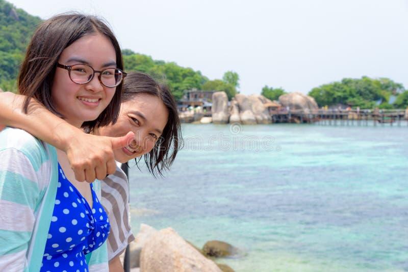 女儿和母亲海的 图库摄影