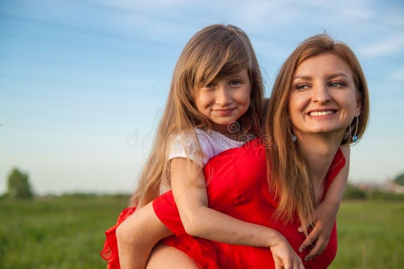 女儿和母爱淡紫色花 免版税库存图片